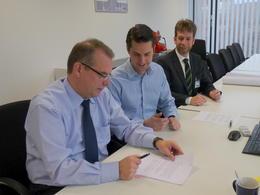 Die Geschäftsführer Frank Altag und Timo Krutoff sowie Bürgermeister Denis Loeffke (von links).